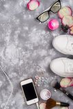 Косметики с дух, телефоном и тапками на серой предпосылке с космосом экземпляра Стоковая Фотография