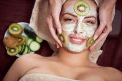 Косметическая маска с огурцом и кивиом Стоковое Изображение