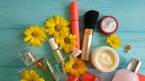 Косметическая сумка с декоративными косметиками обхватывает на голубых деревянных цветках, духах видеоматериал