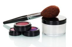 Косметическая щетка, тени, лоск губы, краснеет и cream изолированный опарник Стоковое Фото