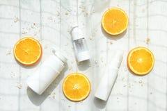Косметические контейнеры бутылки насоса пены с свежими оранжевыми кусками, пустым ярлыком Стоковые Фото