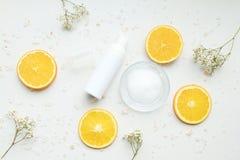 Косметические контейнеры бутылки насоса пены с свежими оранжевыми кусками, пустым ярлыком Стоковые Изображения