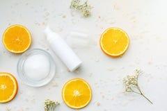 Косметические контейнеры бутылки насоса пены с свежими оранжевыми кусками, пустым ярлыком Стоковые Изображения RF