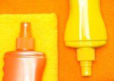 Косметические продукты солнцезащитного крема на полотенцах Terry Стоковые Фото