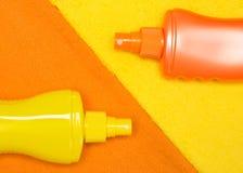 Косметические продукты солнцезащитного крема на полотенцах Terry Стоковые Изображения