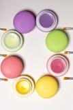 Косметические macaroons лежа в круге, белой предпосылке, щетках губы Стоковая Фотография RF