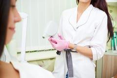 Косметический кабинет, удаление волос лазера, доктор и пациент стоковое фото rf
