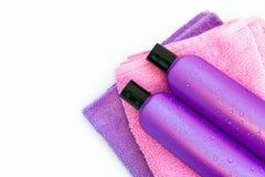 2 косметических бутылки на изолированной предпосылке Стоковая Фотография