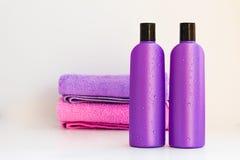 2 косметических бутылки на изолированной предпосылке Стоковая Фотография RF