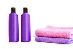 2 косметических бутылки на изолированной предпосылке Стоковые Фотографии RF