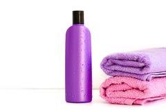 2 косметических бутылки на изолированной предпосылке Стоковое Фото