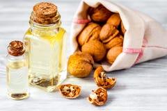 Косметическое и терапевтическое масло грецкого ореха на деревянной предпосылке Стоковые Фото
