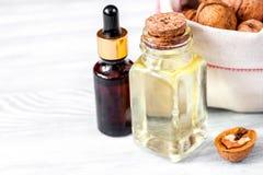 Косметическое и терапевтическое масло грецкого ореха на деревянной предпосылке Стоковая Фотография