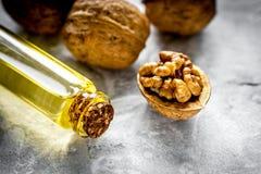Косметическое и терапевтическое масло грецкого ореха на серой предпосылке Стоковая Фотография