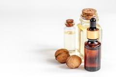 Косметическое и терапевтическое масло грецкого ореха на белой предпосылке Стоковое фото RF