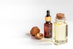 Косметическое и терапевтическое масло грецкого ореха на белой предпосылке Стоковые Изображения RF