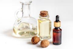 Косметическое и терапевтическое масло грецкого ореха на белой предпосылке Стоковое Изображение