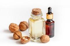 Косметическое и терапевтическое масло грецкого ореха на белой предпосылке Стоковая Фотография RF