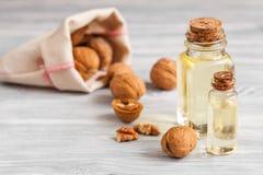 Косметическое и терапевтическое масло грецкого ореха на деревянной предпосылке Стоковое Изображение RF