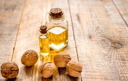 Косметическое и терапевтическое масло грецкого ореха на деревянной предпосылке Стоковое фото RF