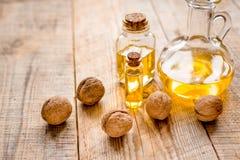Косметическое и терапевтическое масло грецкого ореха на деревянной предпосылке Стоковое Изображение