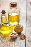 Косметическое и терапевтическое масло грецкого ореха на деревянной предпосылке Стоковое Фото