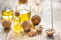 Косметическое и терапевтическое масло грецкого ореха на деревянной предпосылке Стоковая Фотография RF