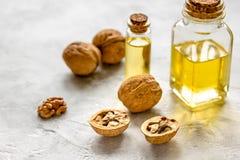 Косметическое и терапевтическое масло грецкого ореха на серой предпосылке Стоковые Изображения RF