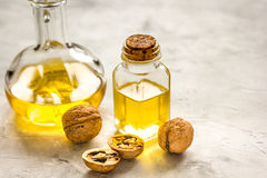 Косметическое и терапевтическое масло грецкого ореха на серой предпосылке Стоковое фото RF