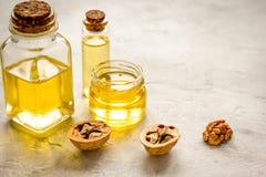 Косметическое и терапевтическое масло грецкого ореха на серой предпосылке Стоковая Фотография RF