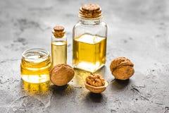 Косметическое и терапевтическое масло грецкого ореха на темной предпосылке Стоковое Изображение