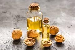 Косметическое и терапевтическое масло грецкого ореха на темной предпосылке Стоковая Фотография RF