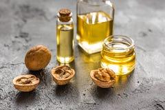 Косметическое и терапевтическое масло грецкого ореха на темной предпосылке Стоковое фото RF