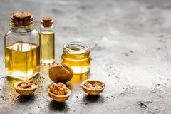 Косметическое и терапевтическое масло грецкого ореха на темной предпосылке Стоковые Изображения RF