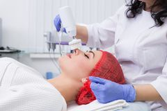 Косметология оборудования Очищать кожу с щеткой Стоковые Изображения RF