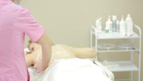 Косметология оборудования женщина получая процедуру по rf поднимаясь в салоне красоты видеоматериал