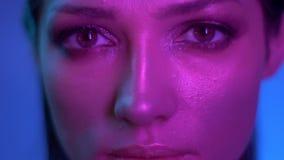 Космическая фотомодель с макияжем яркого блеска в пурпурных неоновых  акции видеоматериалы