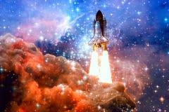 Космический корабль в космическом пространстве Элементы этого изображения поставленные NASA стоковое изображение