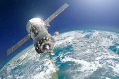 Космический корабль пилотируемый астронавтами в орбите земли планеты зеленоголубой оттенок Элементы этого изображения поставленны Стоковые Фото