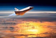 Космический летательный аппарат многоразового использования принимая на полет стоковое изображение