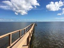 Космический центр Кеннеди взгляда от индийского реки, Titusville, Флориды Стоковая Фотография RF