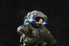 Космонавт в космосе на предпосылке звезд стоковые фотографии rf