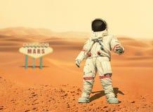 Космонавт идет на красную планету Марс Полет в космос стоковое изображение