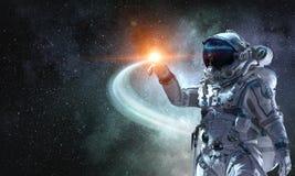 Космонавт и его полет Мультимедиа стоковые изображения rf