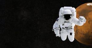 Космонавт путешествует к Марсу Астронавт в космосе против стоковое фото rf