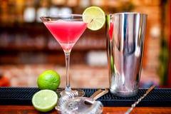 Космополитическое питье коктеиля на казино и баре служило с известкой Стоковая Фотография