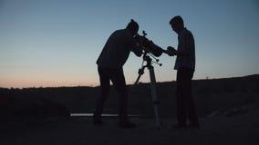 Космос анонимных людей исследуя сток-видео