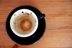 Космос взгляд сверху и экземпляра, a законченная белая кофейная чашка помещен на черной плите стоковые фото
