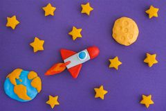 Космос Ракета летая к луне через звёздное небо Стоковое Изображение RF