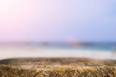 Космос стола на сторона пляжа и солнечный день Стоковые Изображения